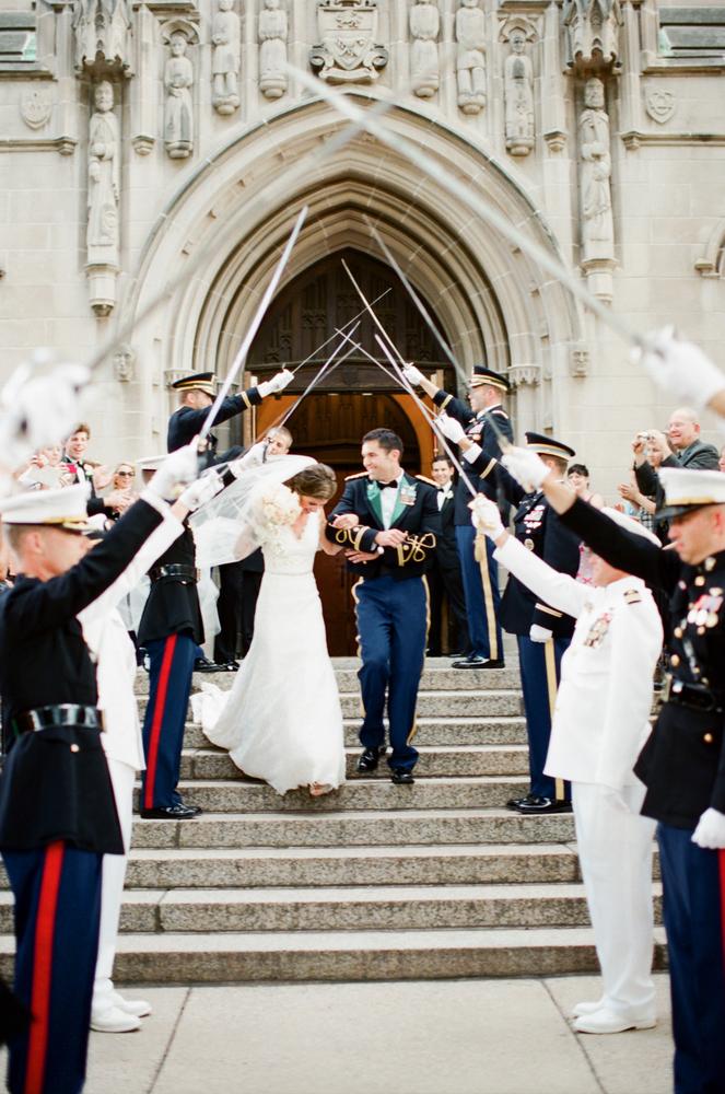 Арка из сабель после свадебной церемонии