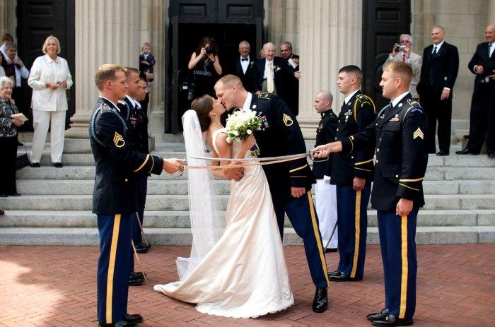 Сабельная арка на свадьбе