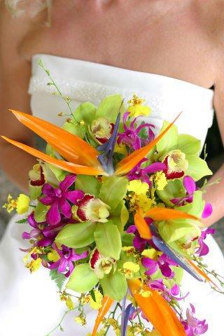 Свадебный букет с добавленией стрелиций