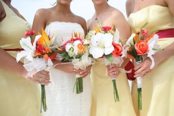 Стрелиция в букетах подружек невесты