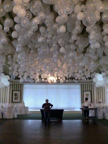 Воздушное оформление зала для зимней свадьбы