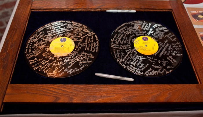 Музыкальные пластинки в качестве книги пожеланий