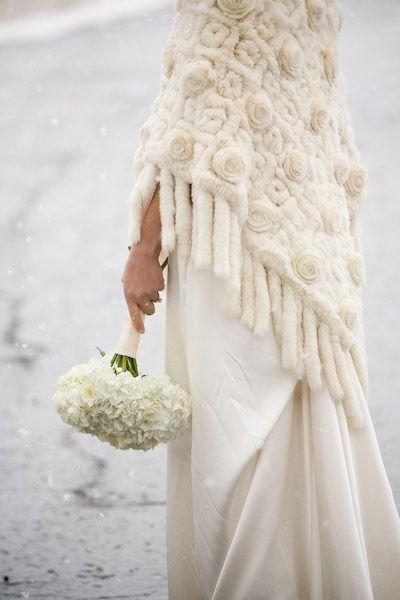 Шаль из меха на свадьбу