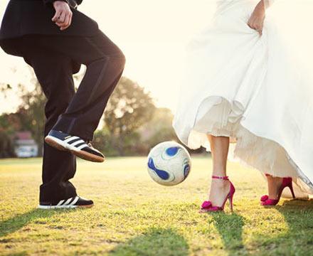 Свадебная фотосессия на футбольном поле