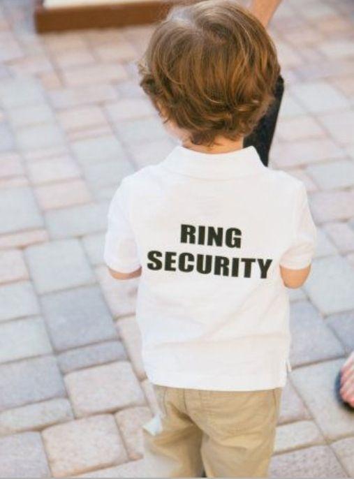 Ребенок подает свадебные кольца