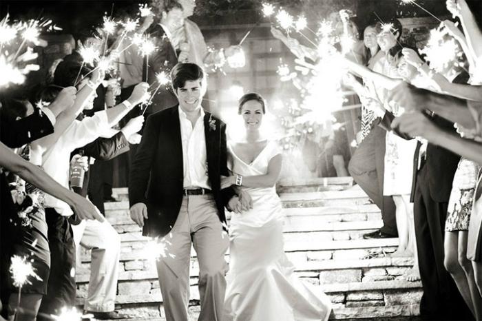 Свадебные проводы молодых с бенгальскими огнями