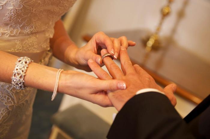 Новобрачные обмениваются кольцами