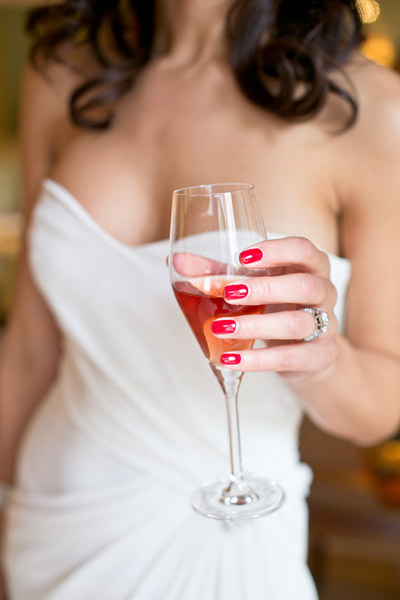 Яркие ногти невесты
