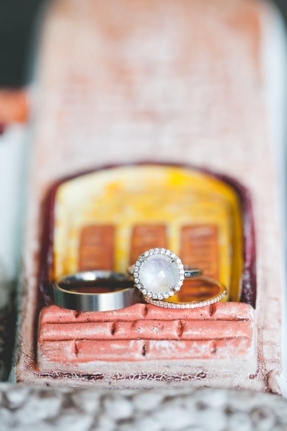 Свадебное кольцо с лунным камнем